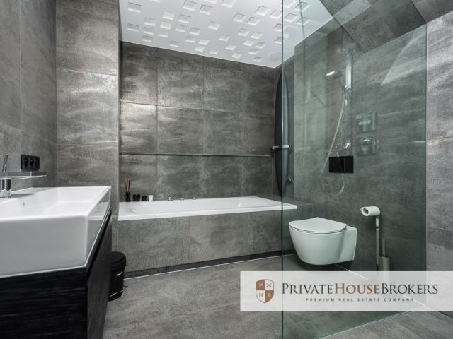 Luxurious apartment, private lift