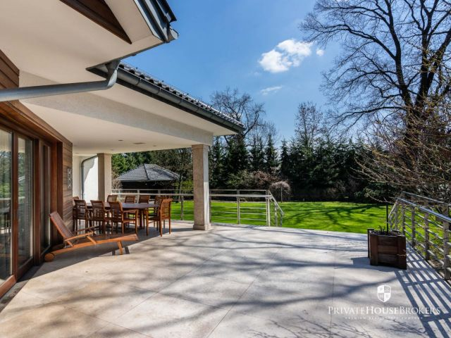 A luxurious 450m2 residence on a beautifully landscaped plot of 21.5 ares in the center of Wola Justowska